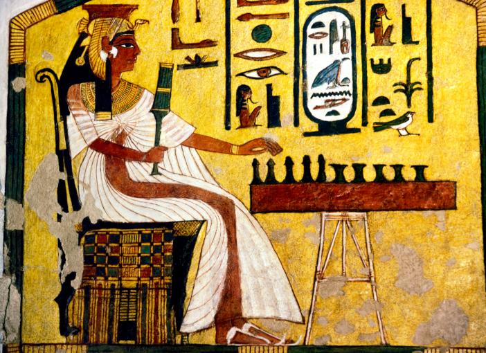 המלכה נפרטארי משחקת סֶנֶט במאה ה-13 לפני הספירה. ציור קיר מקברה | מקור: Science Photo Library