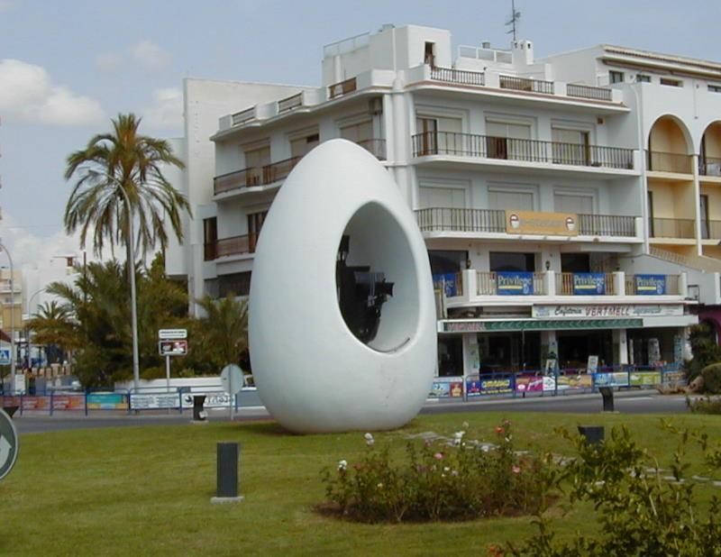 """""""הביצה"""", יד זיכרון לכריסטופר קולומבוס בעיר הנמל סנט אנתוני, איביזה, ספרד"""