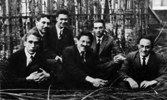 ארנפסט (במרכז מלפנים) עם תלמידיו ב-1924. חאודסמיט שני משמאל, פרמי שני מימין | מקור: אוניברסיטת שיקגו