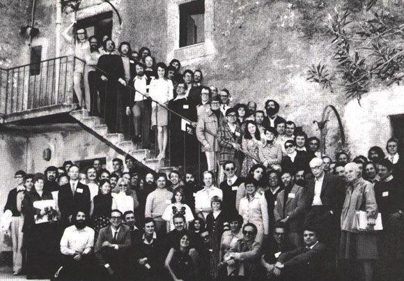 קשרים מאחורי מסך הברזל: הודג'קין למטה מימין עם בוריס ויינשטיין, מהקריסטלוגרפים הבולטים בברית המועצות בכינוס בסיציליה, 1976. עדה יונת בראש המדרגות, מוסתרת חלקית | צילום באדיבות עדה יונת