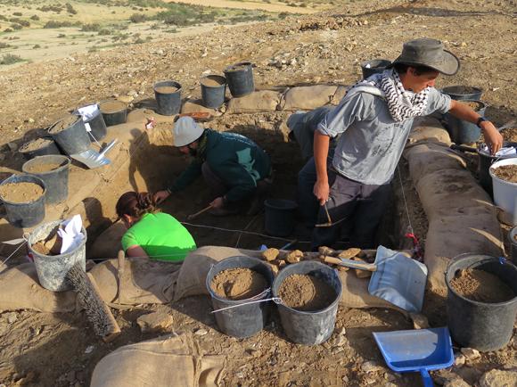 חפירה בתלי האשפה של חלוצה | גיא בר-עוז
