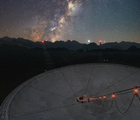 טלסקופ הרדיו FAST בסין על רקע שביל החלב | צילום ועיבוד תמונה: Bojun Wang, Jinchen Jiang, Qisheng Cui