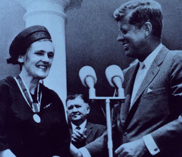 קלסי מקבלת מקנדי את עיטור הנשיא לשירות יוצא דופן של אזרחים עובדי מדינה | National Library of Medicine