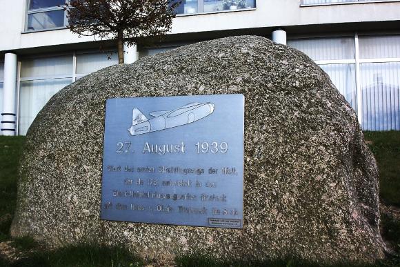 אבן דרך בתולדות התעופה. אנדרטה לטיסת הסילון הראשונה באתר שדה התעופה הניסיוני סמוך לרוסטוק | צילום: ויקיפדיה, Ch. Pagenkopf