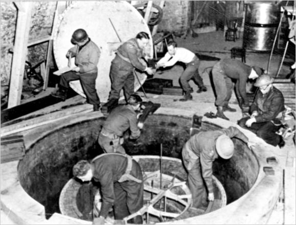 אפילו לא הגיעו לכור פעיל. חיילי אלסוס מפרקים את מכונת האורניום של גרמניה הנאצית בהייגרלוך | צילום: צבא ארצות הברית, נחלת הכלל