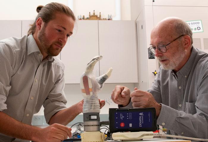 גרג קלארק וג'ק ג'ורג' מצוות החוקרים עם היד הביונית | צילום: Dan Hixson