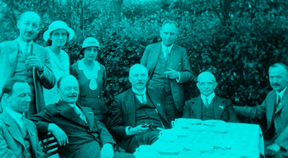 גייגר, יושב שני משמאל, עם צ'דוויק מימינו ורותרפורד משמאלו |  Prof. Peter Fowler, SPL