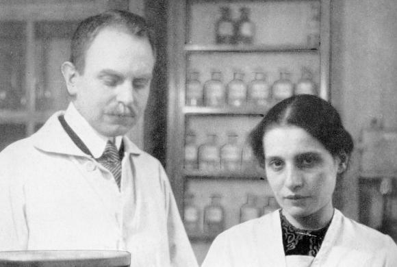 האן ומייטנר במעבדה, שנות ה-30   מקור: EMILIO SEGRE VISUAL ARCHIVES / AMERICAN INSTITUTE OF PHYSICS / SCIENCE PHOTO LIBRARY