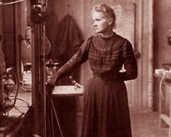 האדם היחיד בהיסטוריה שזכה בפרסי נובל בשני תחומים מדעיים. מארי קירי במעבדה | מקור: Science Photo Library
