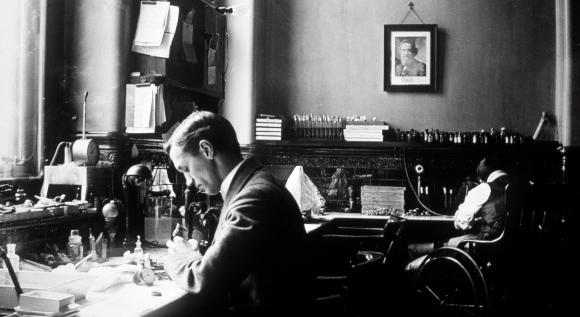 פלמינג במעבדתו בבית החולים סנט מארי. מקור: ST MARY'S HOSPITAL MEDICAL SCHOOL / SCIENCE PHOTO LIBRARY