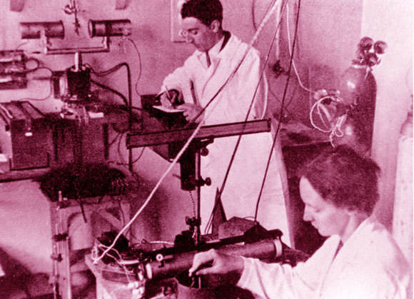 """שותפות מדעים ואידיאולוגית"""" אירן ופרדריק חוקרים קרדיואקטיביות   צילום: Science Photo Library"""