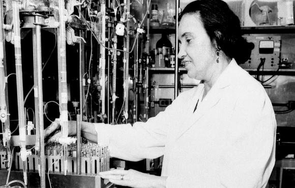 פיזיקה גרעינית בשירות המחקר הרפואי. רוזלין יאלו במעבדה   מקור: NATIONAL LIBRARY OF MEDICINE / SCIENCE PHOTO LIBRARY