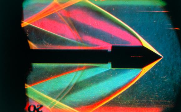 מאפשר לראות זרימה של אוויר. צילום של אפקט שלירה בתנועה על קולית של אוויר סביב גליל במנהרת רוח | צילום: DR. GARY SETTLES / SCIENCE PHOTO LIBRARY