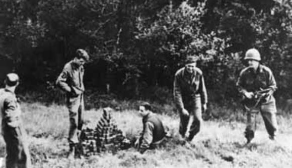 הגרמנים נכשלו כי לא היה להם אומץ. חיילי אלסוס אוספים קוביות אורניום שהנאצים הסתירו | צילום: צבא ארצות הברית, נחלת הכלל