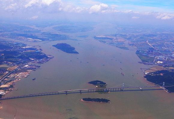 כבר היום כריית החול גורמת למחסור במי שתייה. מבט אווירי על נהר הפנינה בסין | צילום: ויקיפדיה, Tung Wu
