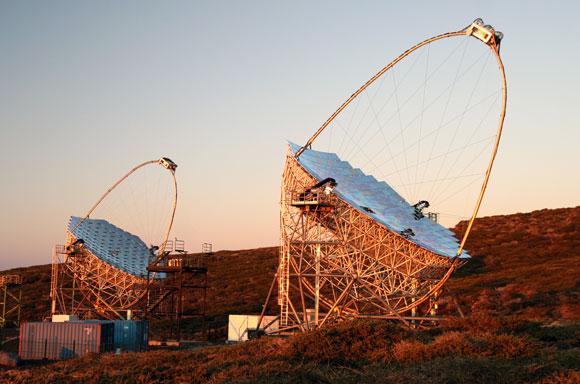 מראות בקוטר 17 מטרים. גלאי MAGIC באיים הקנריים לאיתור | צילום: Robert Wagner, Max Planck Institute for Physics