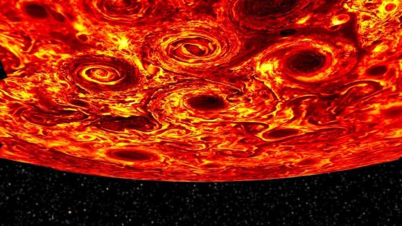 """""""למרות הסטייה המזערית בציר הסיבוב העצמי של צדק ביחס לציר הסיבוב שלו סביב השמש, ייתכן שנראה שם חילופי עונות בהן נחזה בהיפוך של המצב בשני הקטבים"""", אומר גבריאל. משימת החלל של ג'ונו קיבלה לאחרונה הארכה שבעיקבותיה תמשיך לספק צילומים מרהיבים של צדק עד שנת 2025. בנוסף, שינויים קלים במסלול החללית בין הקפה להקפה יבואו את ג'ונו קרוב יותר מאי פעם אל הקוטב הצפוני, מה שיאפשר איפיון מעמיק יותר של התהליכים שקורים שם.  """"משך המשימה של גונו, והיעפים המתוככנים קרוב מאד לקוטב הצפוני בהחלט עשויים להרחיב את הידע שלנו ולהניב הפתעות"""", מסכם כספי."""