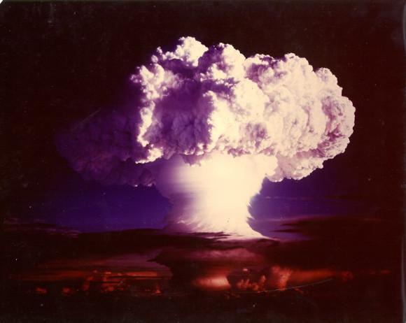 האיינשטייניום והפרמיום התגלו במקור בנשורת של פיצוץ פצצת המימן הראשונה. ענן הפטרייה מניסוי קיסוס מייק (Ivy Mike) | צילום: NNSA / Nevada Site Office