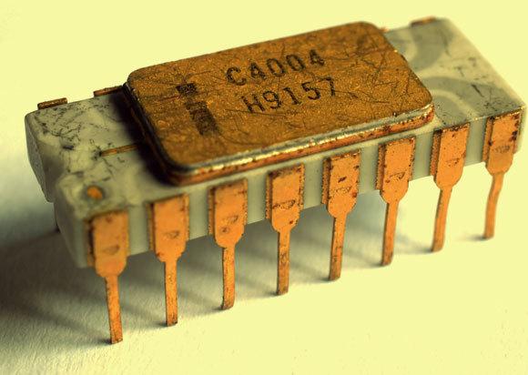 שבב 4004 של אינטל משנות ה-70 המוקדמות הכיל כ-2,300 טרנזיסטורים | צילום: Thomas Nguyen, ויקיפדיה
