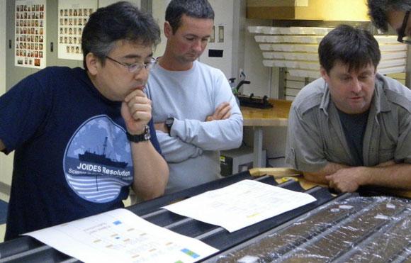 ד'הונדט (מימין) עם שניים מעמיתיו בהפלגת המחקר לקידוח הסלעים | צילום: IODP JRSO