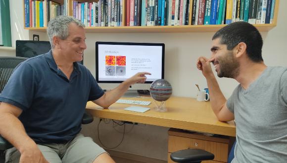 מודל פשוט שעונה על שאלות מורכבות. גבריאל (מימין) וכספי עם דגם של כוכב הלכת צדק | צילום: איתי נבו