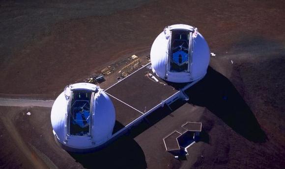 זוג טלסקופים שכל אחד מהם מורכב מ-36 מראות בצורת משושה. מבט אווירי על טלסקופ Keck בהוואי   צילום: NASA