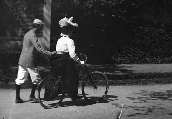 A woman learning to ride a bicycle in Toulouse, France, in 1895 | Wikipedia, public domain.