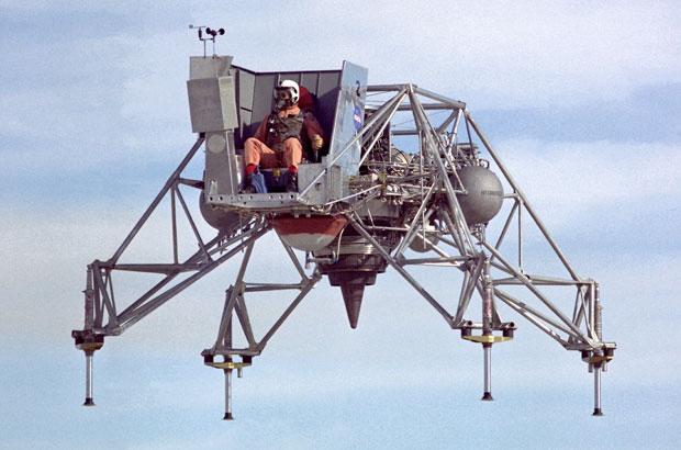 כלי טיס מועד לפורענות. הרחפן הרקטי LLRV ששימש באימוני הנחיתה על הירח | צילום: NASA