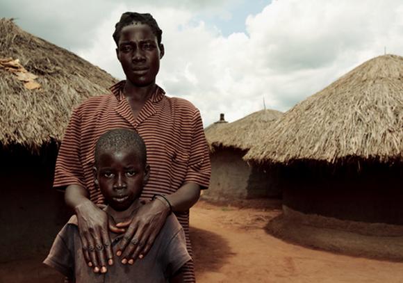 אם ובנה, שניהם עם HIV, בכפר באוגנדה | Mauro Fermariello, Science Photo Library