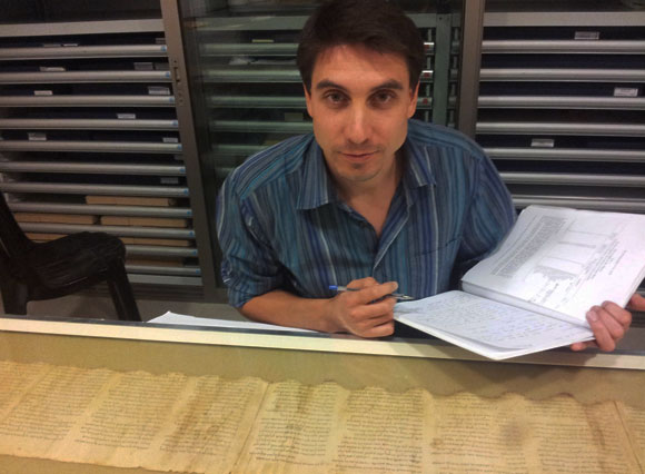 ממצאים חשובים לשימור המגילות. רומן שוץ עם מגילת המקדש בהיכל הספר במוזיאון ישראל | צילום: חסיה רימון