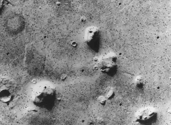 מתאר המזכיר פני אדם בפני השטח של מאדים בצילום של הנחתת ויקינג-1, 1976   צילום: NASA