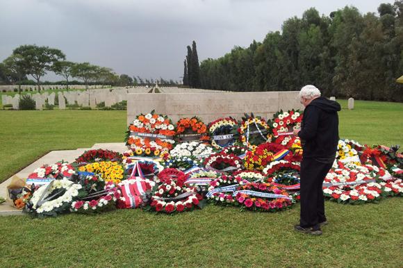 קס יום הזיכרון בבית הקברות הצבאי הבריטי ברמלה, זר פרחי פרג מלאכותיים נח בין הזרים הטריים | ויקיפדיה, Ranbar