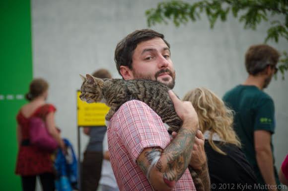 ליל באב אהבה לרכוב על הכתף. מייק בריידבסקִי והחתולה | צילום: Kyle Matteson, Flickr