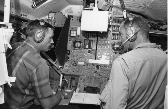 שיתוף פעולה מתוח. ארמסטרונג (משמאל) ןאולדרין בסימולטור של רכב הנחיתה | מקור: מוזיאון התעופה והחלל, מכון סמית'סוניאן