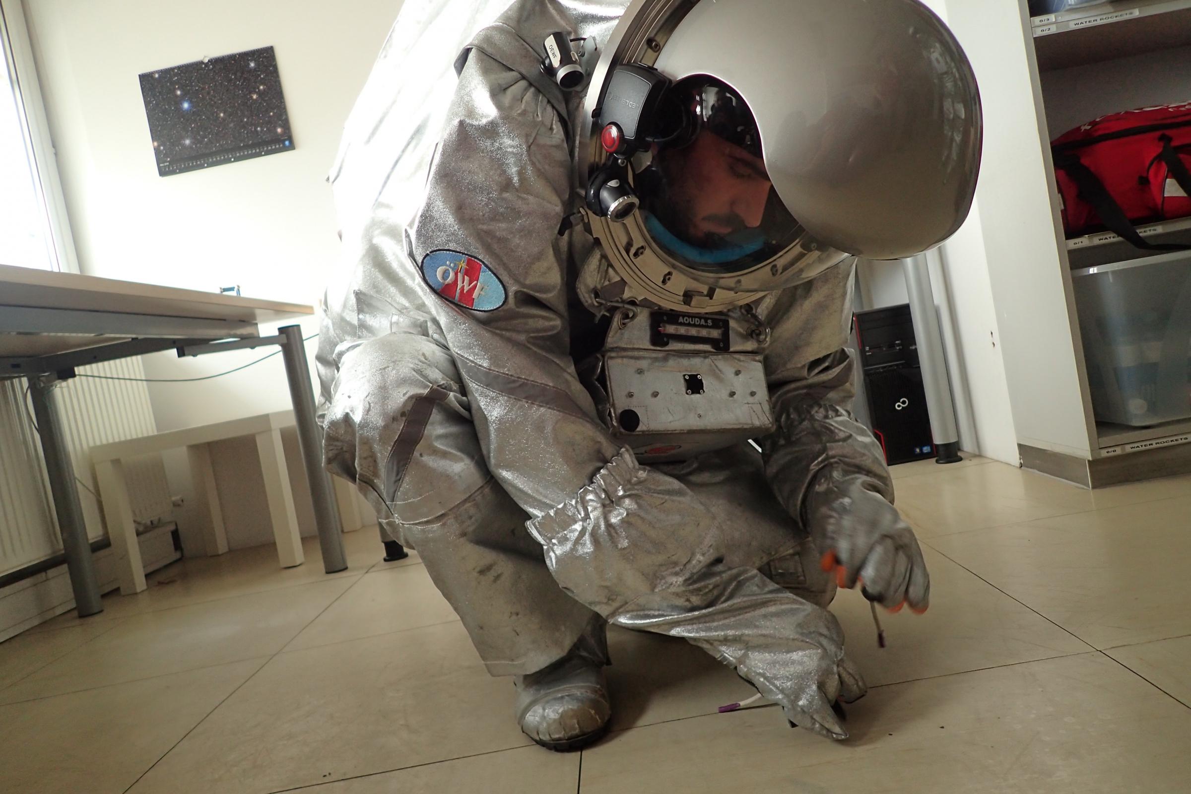 פעולות פשוטות הופכות מאתגרות מאוד בחליפת חלל מסורבלת. טנצר באימונים | צילום: פורום החלל האוסטרי, OeWF