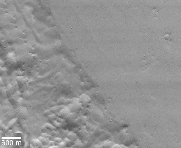 קו ברור מפריד בין המישור האמזוני (מימין) לבתרונות ליקוס (Lycus), צילום של לוויין Mars Global Surveyor Orbiter | מקור: NASA/JPL/MSSS