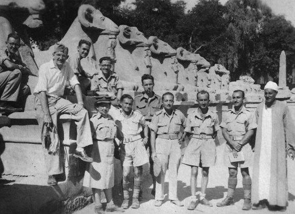 זייף את הגיל כדי להתגייס לבריגדה. חיילים מהיישוב היהודי בארץ בישראל בצבא הבריטי במצרים, 1944 | צילום: ארנה זמיר, מתוך אתר פיקיויקי