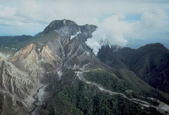 הר הגעש פינטובו בפיליפינים, שהתפרץ ב-1991 וגרם לחורף קשה ברחבי העולם | United States Geological Survey