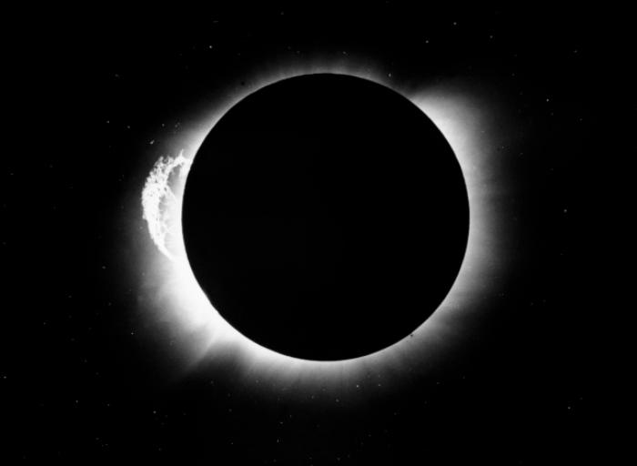 נתונים מעטים, אבל מספיקים. אחד הצילומים שהצליח אדינגטון לבצע, ובו נראים כוכבים סביב השמש | Science Photo Library