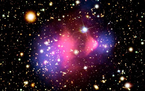 התנגשות צבירי גלקסיות. באדום: התפלגות החומר הרגיל; בכחול: התפלגות החומר האפל | מקור: Science Photo Library