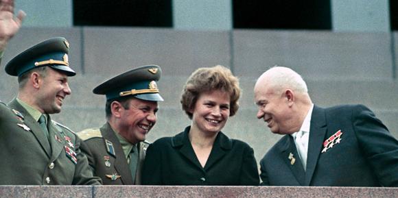 טרשקובה לאחר טיסת החלל, עם מנהיג ברית המועצות כרושצ'וב (מימין) והקוסמונאוטים פופוביץ' וגגרין (משמאל) | מקור: ארכיון RIA Novosti, ויקיפדיה