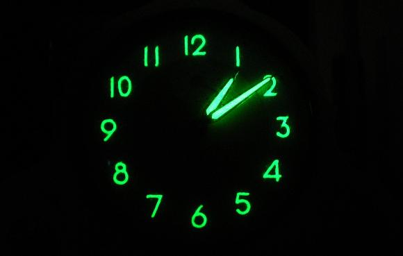 לפני שידעו על סכנות הקרינה נעשה שימוש אזרחי נרחב ברדיום, למשל בשעונים זוהרים כמו זה מ-1950 | מקור: ויקיפדיה, Arma95