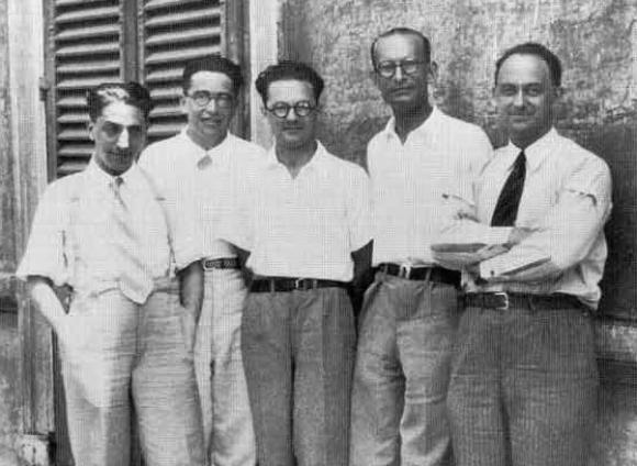 מימין: פרמי, פרנקו רזטי, אדוארדו אמלדי, אמיליו סגרה ואוסקר ד'אגוסטינו | מקור: ויקיפדיה, נחלת הכלל