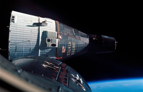 רשמה שיא שהייה של אסטרונאוטים בחלל - שבועיים במסלול סביב כדור הארץ. ג'מיני 7 בצילום מחלון ג'מיני 6 | מקור: NASA