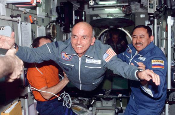פרץ את הדרך. תייר החלל הראשון, דניס טיטו, מרחף אל תוך תחנת החלל הבינלאומית | צילום: Science Photo Library