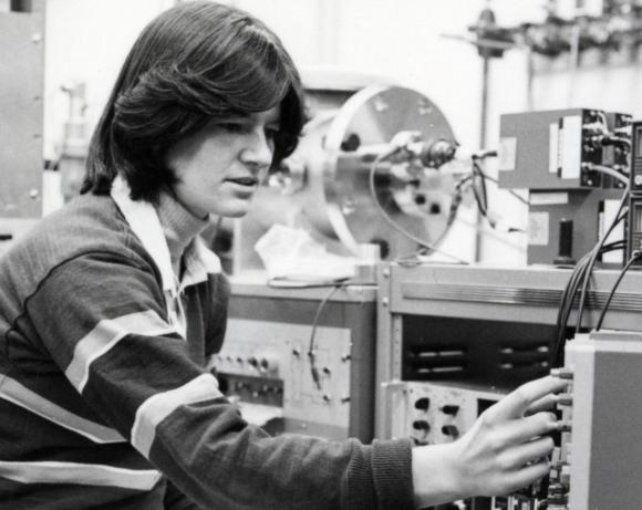 רייד במעבדת הפיזיקה בסטנפורד בלימודי הדוקטורט שלה | צילום: אוניברסיטת סטנפורד
