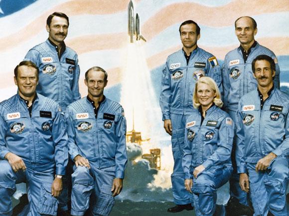 המשקיף מטעם הקונגרס הצטיין בעיקר כחולה במחלת חלל. גארן (למעלה מימין) עם צוות המעבורת | צילום: NASA