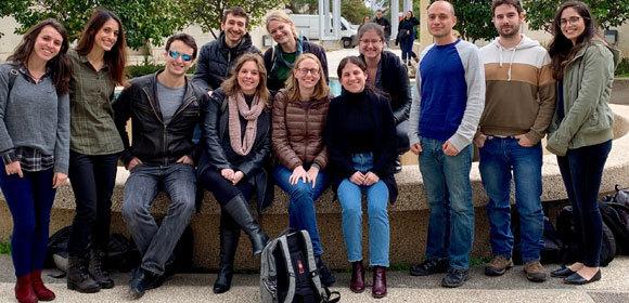 שולמן (שלישי מימין) עם קבוצת המחקר שלו | צילום באדיבות מעבדת שולמן, מכון ויצמן למדע