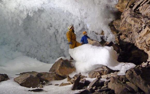 מיליון וחצי שנות מידע. חוקרים במערת לדיאנייה לנסקאיה בסיביר | מקור: אוניברסיטת אוקספורד