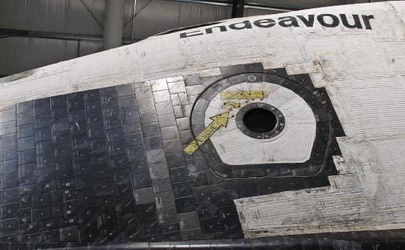 אזור דלת הכניסה של המעבורת אנדבר, המוצגת במוזיאון החלל של קליפורניה | צילום:  InSapphoWeTrust, Wikipedia